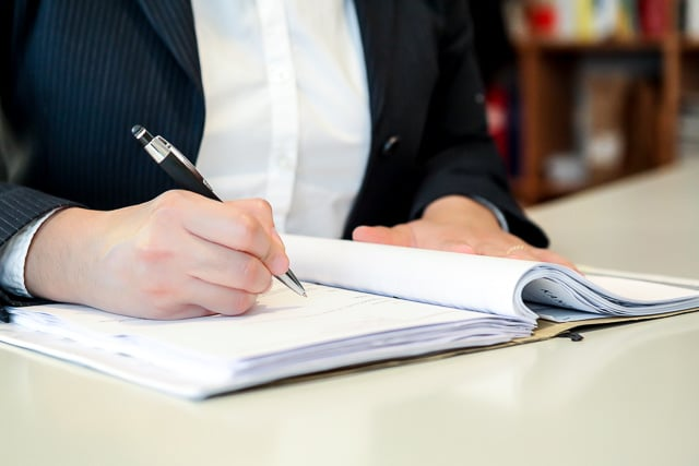 Akte, Unterschrift, Arbeitszeugnis, Arbeitsrecht, Rechtsanwältin
